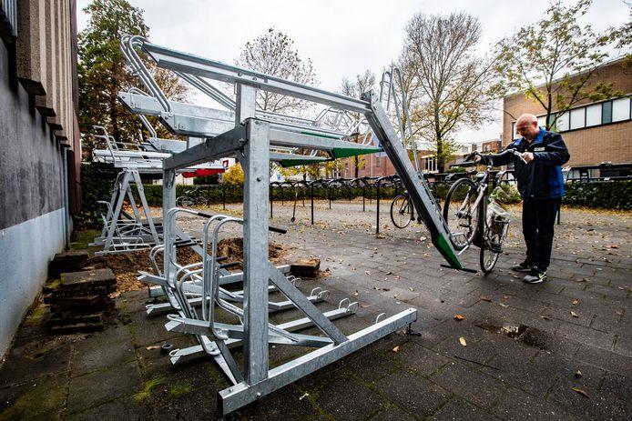 Gerrit Vreulink test een fietsenrek bij de centrumgarage.