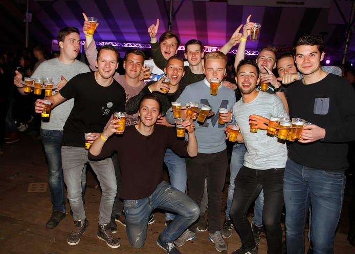 Aan bier geen gebrek tijdens dit schuurfeest. Etten-Leur heeft ze nu verboden. Maar overlegt wel met de horeca en de jeugd of er meer activiteiten voor jongeren georganiseerd kunnen worden.