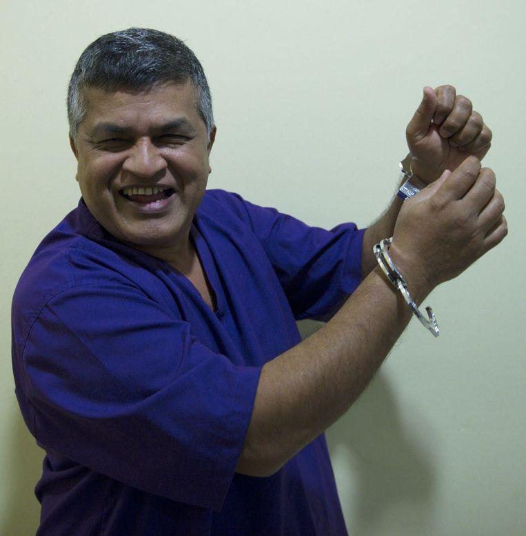 Zunar grappend bij de rechtbank, waar hij de negenvoudige aanklacht wegens opruiing tegen hem aanhoorde. Voor de gelegenheid had hij ook een nep-gevangenispak aangetrokken. Beeld afp