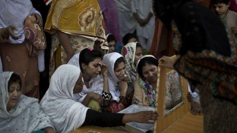 Vrouwen rouwen bij een slachtoffer van een aanslag op een kerk in Peshawar, afgelopen september. Beeld ap