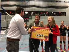Volleyballen op alzheimersokken voor zieke moeder van Joy (13) groter succes dan gedacht