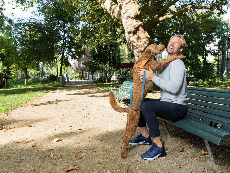 Thijs Romer met zijn hond in het park achter De Hortus in Amsterdam.