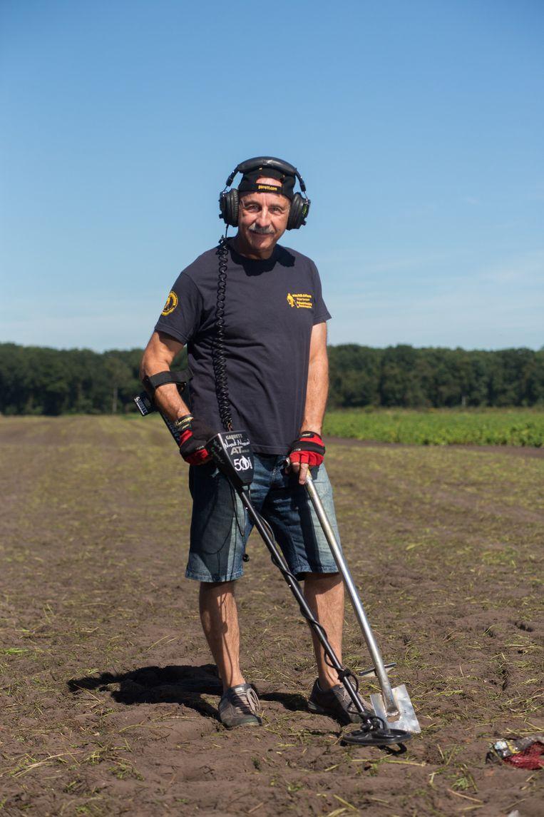 Franco Berlingieri met zijn metaaldetector en spade. Daarmee trekt hij zaterdag naar de weide van Pukkelpop.