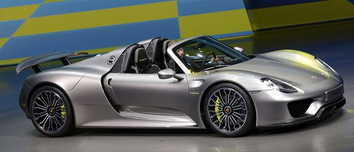 De P1 staat tentoongesteld naast de 918 Spyder, het nieuwste racemonster van Porsche.