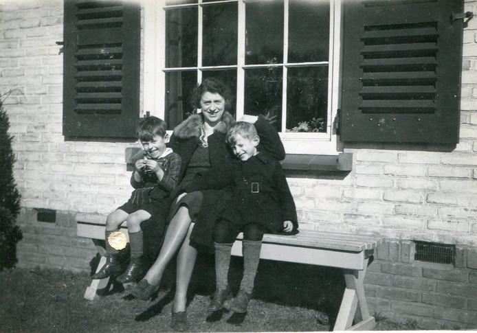 Louis (l) en Therus, met moeder Phieke