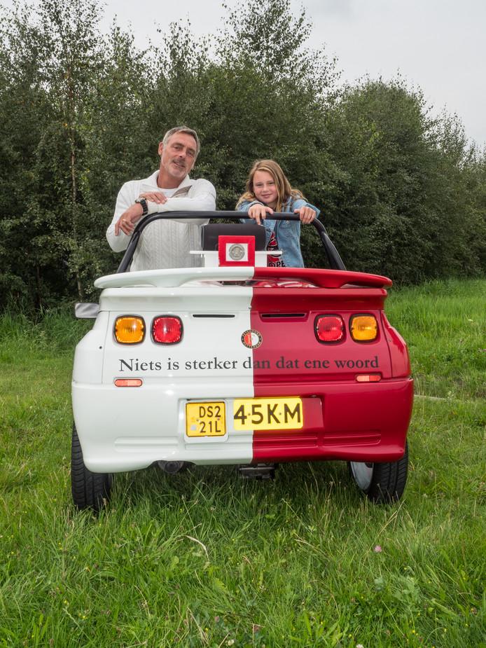 Peter Klom en zijn dochter Anna-Catarina (10) kunnen geen genoeg krijgen van een ritje in de Feyenoord-brommobiel. Regelmatig gaan ze ermee naar de Kuip in Rotterdam.