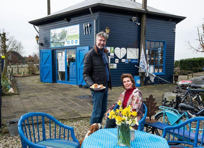 Juerd van der Burgt en Rebecca de Boer, eigenaren van De Blauwe Meije, op hun terras.