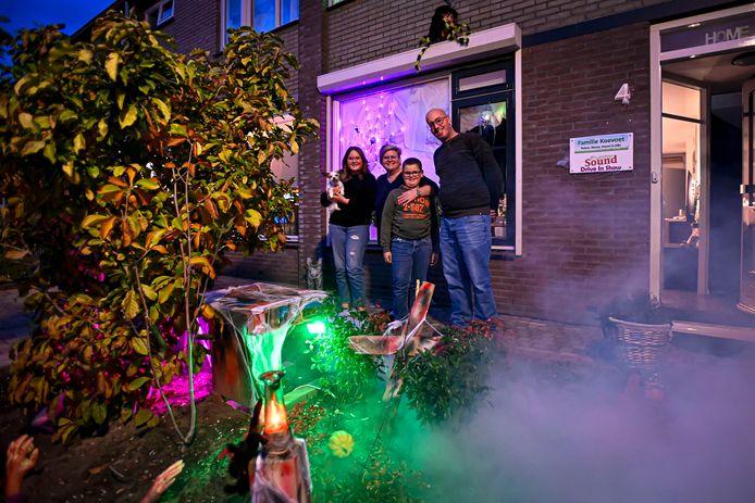 Bianca en Ruben Koevoet hebben hun voortuin flink versierd voor Halloween Foto: v.n.l.r. Naomi, Bianca, Stijn en Ruben Koevoet.