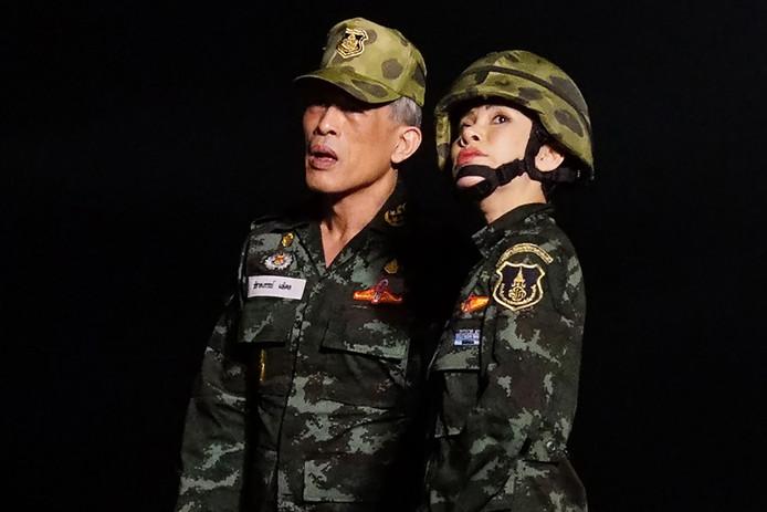De koning en zijn officiële bijvrouw poseren in militaire kleding.