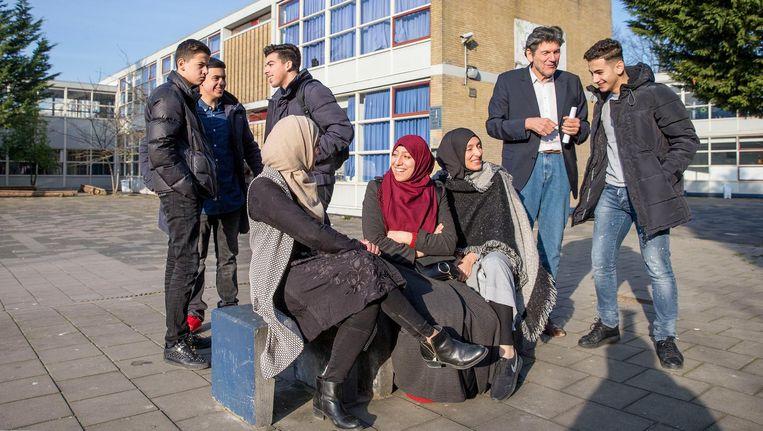 Leerlingen van het Avicenna College in Rotterdam met directeur Richard Troost. Het is de enige islamitische middelbare school van Nederland Beeld Jean-Pierre Jans