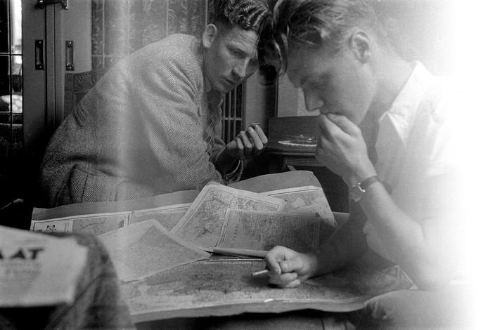 Henk Lantink en Wim Lammers bestuderen in Vriezenveen, via Radio Oranje, de opmars van de geallieerden. Frits Lamberts maakte de foto. De Vriezenvener kreeg in 1943 een toestel dat van een overleden vriend was geweest. Hij maakte met zijn Leica stiekem opnames van de bezetter en diens aftocht.