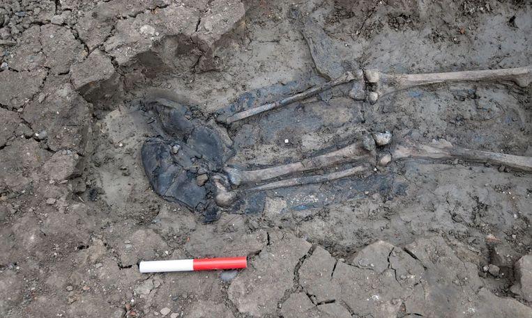 Rondom de voeten van het skelet zat duidelijk een stevig paar leren laarzen.