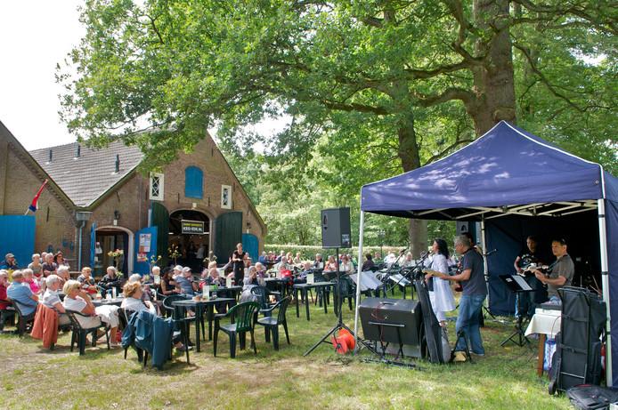 De band Solo & The Ambon Tree speelt bij Everwijnsgoed in Renkum, in het voorjaar van 2011.