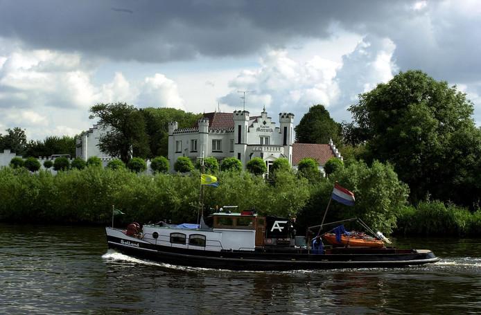 Kasteel Meerwijk gezien vanaf het dorp Engelen op een foto uit 2000 toen het nog een bordeel was.