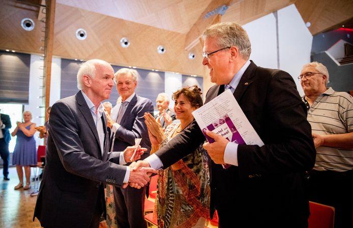 Henk Krol feliciteert Geert Dales met zijn partijvoorzitterschap tijdens de Algemene Vergadering van 50PLUS in 2016.