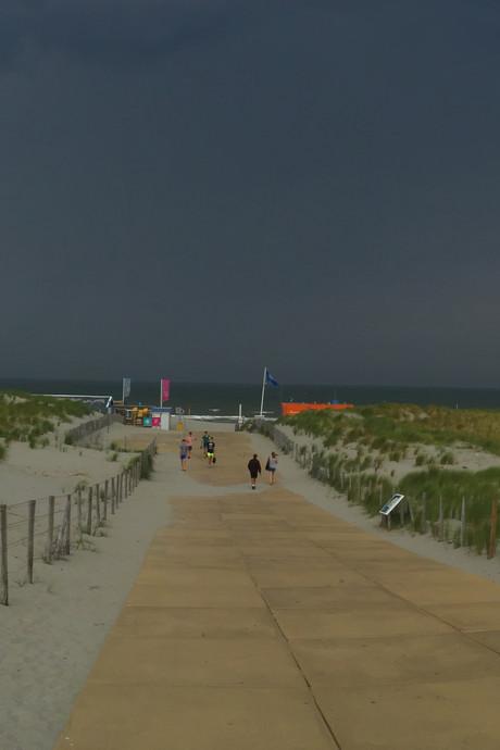 Strandweer écht voorbij: onweer trekt over regio