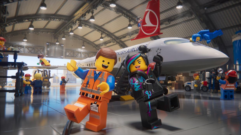 Still uit de video met veiligheidsinstructies van Turkish Airlines, waarvoor het bedrijf de hulp heeft ingeroepen van 'de kleinste cast ooit'. Beeld Turkish Airlines/Warner Bros