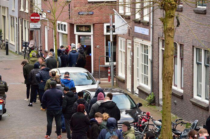 Een enorme rij klanten op zondagavond 15 maart bij coffeeshop De Vriendschap in Gouda. Softdrugsgebruikers vreesden (ten onrechte) dat het loket een poos dicht zou gaan.