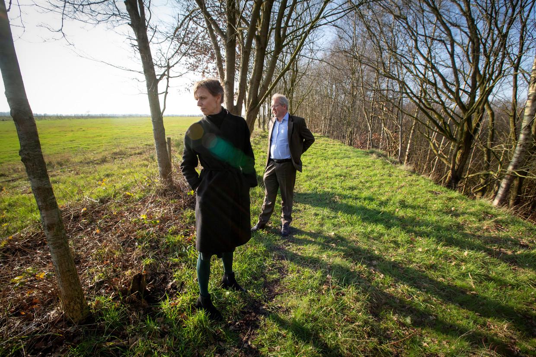 Hans Haerkens, voorzitter van Vereniging de Hamerlanden, en Sonja van der Meer, directeur van het Drentse Landschap, lopen door natuur- en recreatiegebied het Zandgat.