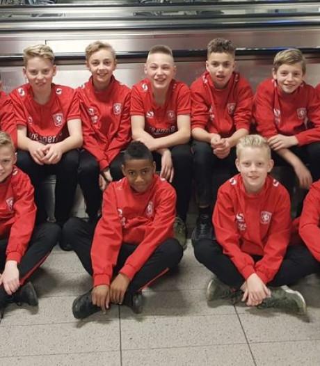 FC Twente-spelertjes beleven bijzonder avontuur in Dubai