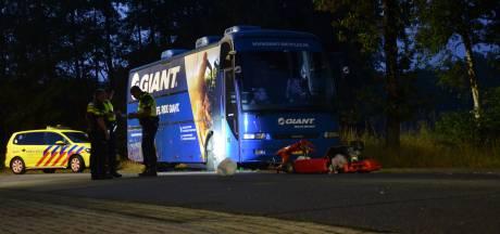Kartbestuurder gewond door botsing met geparkeerde bus in Vorden