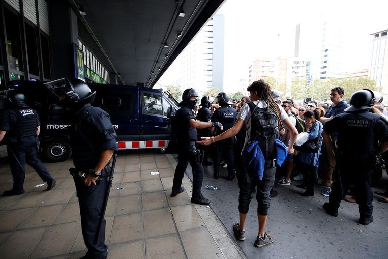 Passagiers mogen een treinstation in Barcelona niet meer in.