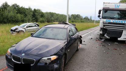 Video. Vrachtwagenchauffeur rijdt in op file: Vier auto's beschadigd, twee inzittenden gewond afgevoerd