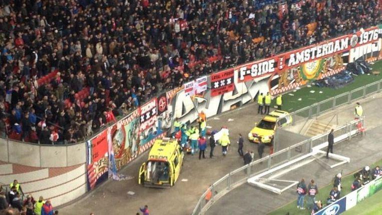 Tijdens het duel tussen Ajax en FC Barcelona viel vlak voor rust een supporter van de F-Side in de gracht van de Arena. Beeld Twitter.com/JipBartman