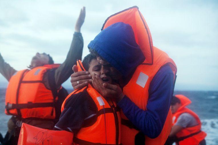 Vluchtelingen die gisteren veilig en wel arriveerden op Lesbos reageerden erg emotioneel.
