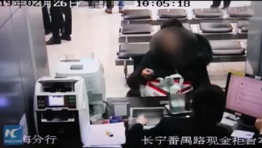 Een grote boodschappentas met duizenden muntjes wordt op de balie gezet.