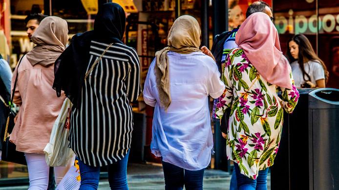 Moslima's met een hoofddoek in Rotterdam-Zuid.
