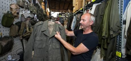 Dief van emblemen uit WOII in Zutphen aan de schandpaal