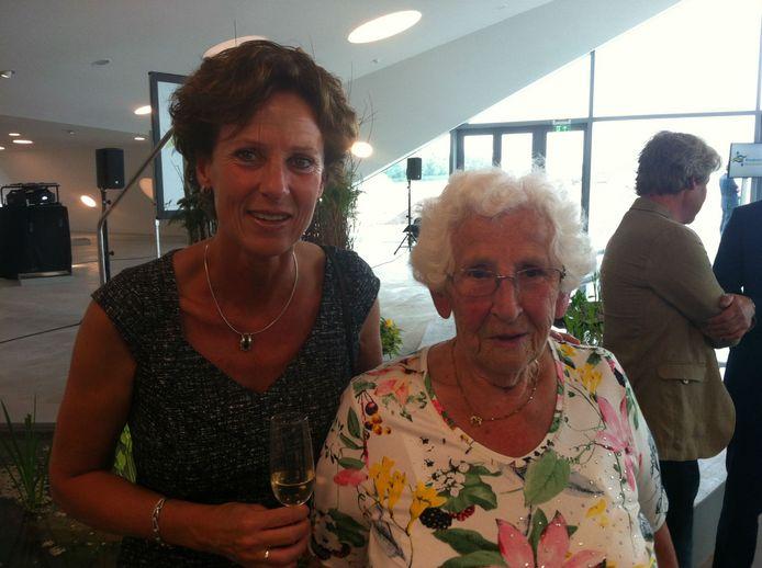 Jo den Tuinder en dochter Wilma, vrouw en dochter van de veertien jaar geleden overleden oprichter van het museum Huib den Tuinder.