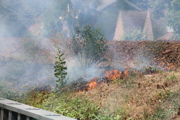 Ook de berm naast de sporen vatte vuur.