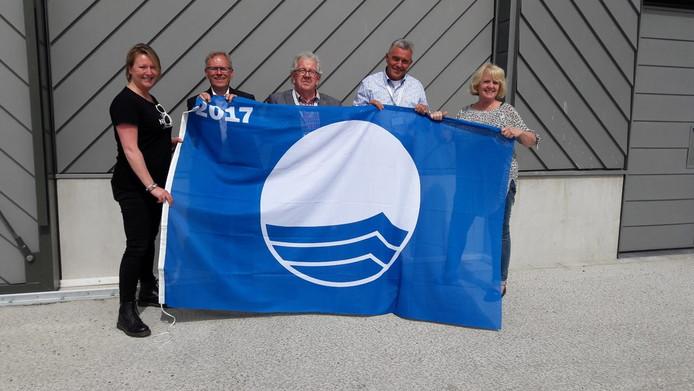 De Blauwe Vlag werd vandaag  in Scheveningen uitgedeeld aan gemeentes. Op vrijdag 19 mei om 13.00 uur hijst de Rotterdamse gebiedscommissievoorzitter de vlag in de vlaggenmast bij het skatepark en de rotonde Siciliëboulevard – Corsicalaan in Nesselande. In Hoek van Holland wordt de vlag gehesen bij de feestelijke start van het strandseizoen op 25 mei.