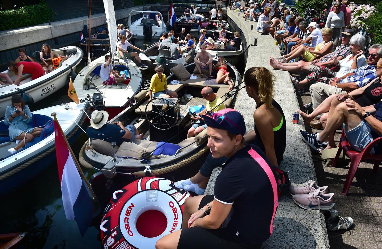 In de rij om met de boot de Loosdrechtse plassen op te kunnen.  Beeld Marcel van den Bergh / de Volkskrant