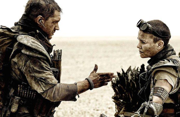 Tom Hardy en Charlize Theron op de set van 'Mad Max: Fury Road'