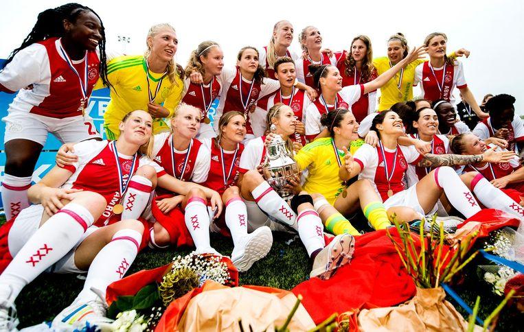 De Ajaxvrouwen vieren het winnen van de KNVB Beker Vrouwen. Beeld ANP