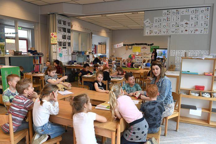 Juf Karin van Eeden geeft instructie aan leerlingen van De Klimop in Wilbertoord. foto Ed van Alem