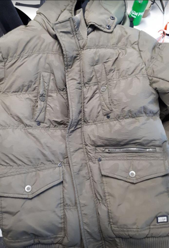 In de mysterieuze reiskoffers zit kleding, onder meer deze jas