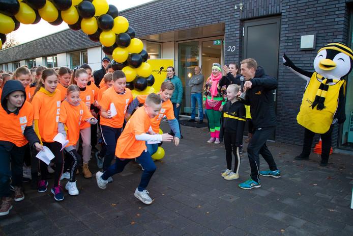 Jochem Uytdehaage gaf samen met Senna het startschot voor de sponsorloop op de Juliana van Stolbergschool in Waalwijk.