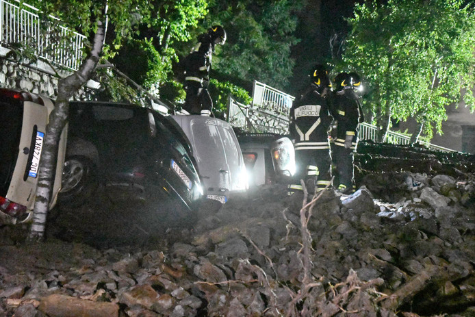 Er vielen geen gewonden, maar er is veel schade in verschillende delen van Italië. Meerdere auto's werden vernietigd.