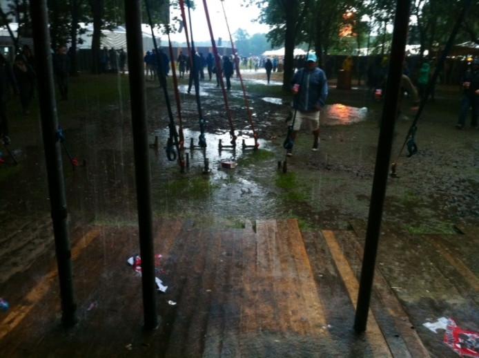 Hoe hard de festivalgangers het ook hoopten, het bleef vrijdag niet droog.