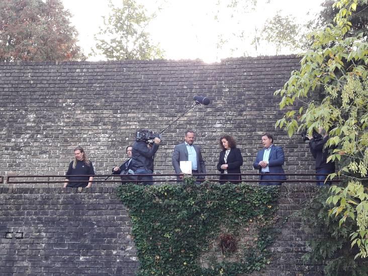 Minister schenkt Muur van Mussert schildje van Rijksmonument
