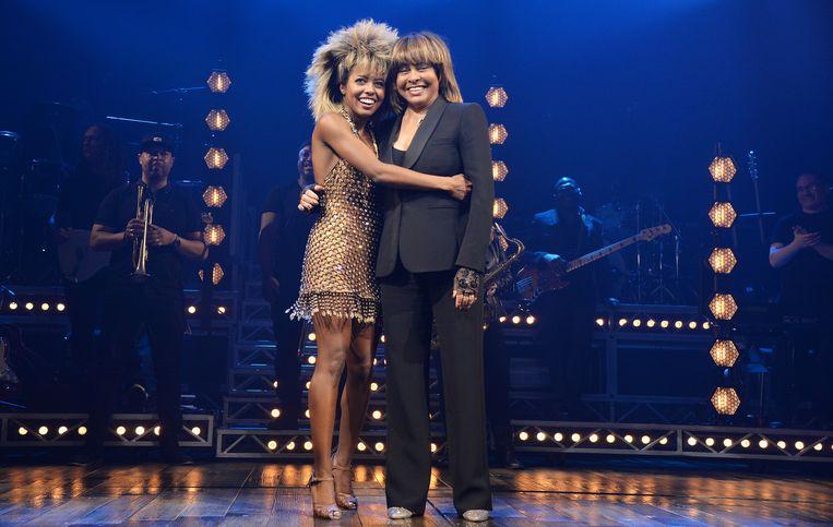 Adrienne Warren (links) en Tina Turner dinsdag 17 april bij het slotapplaus na de première van TINA: The Tina Turner Musical in het Aldwich Theatre in Londen. Beeld Dave Benett/Getty Images