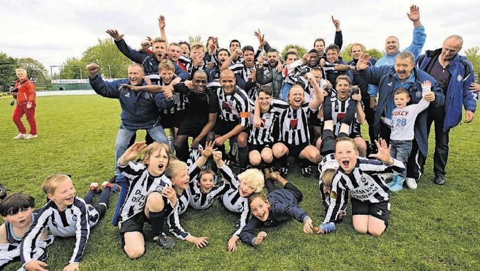 Jeugdleden van Neptunus-Schiebroek vieren het kampioenschap mee met het eerste van de club. De club zou zich bij de selectie van kinderen schuldig maken aan discriminatie