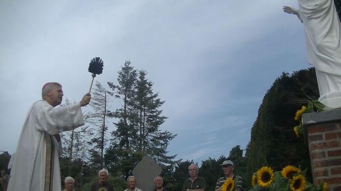 Monseigneur Mutsaerts zegent het Heilig Hartbeeld op de begraafplaats van Moergestel