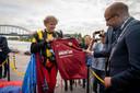 Bob Draijer van de firma Para Demo bracht met een fraaie parachutesprong het Airborneshirt naar de presentatie en overhandigt die aan burgemeester Ahmed Marcouch. Zelf heeft hij het nieuwe Vitesse-shirt aan.