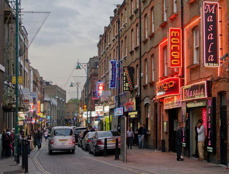 Bengalese curryrestaurants op Brick Lane,  in Oost-Londen. In Groot-Brittannië sluiten gemiddeld twee curryhuizen per week. Beeld FlickrVision