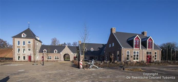 Het fraaie complex op het Commanderieplein in Ootmarsum is een aanwinst voor het stadje. Rechts gasterij met daarin de twee koperen brouwketels, links ervan de partyzaal en de doorgang naar het openluchtmuseum.